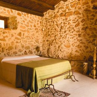 Modelo de dormitorio principal, mediterráneo, con paredes beige