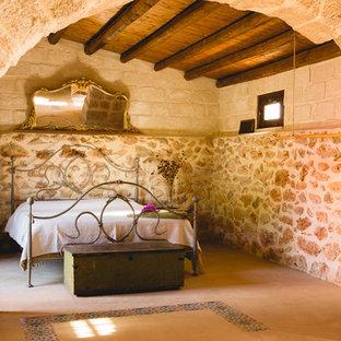 На фото: большая хозяйская спальня в средиземноморском стиле с бежевыми стенами и полом из керамогранита