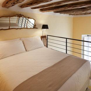 Diseño de dormitorio tipo loft, abovedado y boiserie, clásico, de tamaño medio, boiserie, con paredes beige, suelo de baldosas de terracota, suelo marrón y boiserie