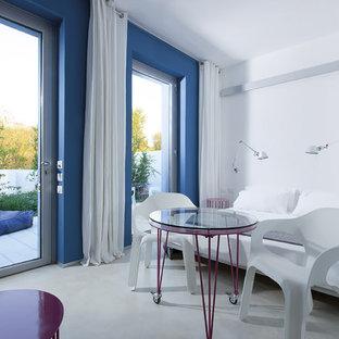 Ispirazione per una grande camera matrimoniale design con pareti multicolore e pavimento in cemento