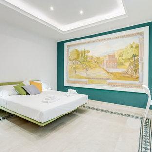 Foto di una camera matrimoniale design di medie dimensioni con pavimento in marmo, pavimento beige e pareti bianche