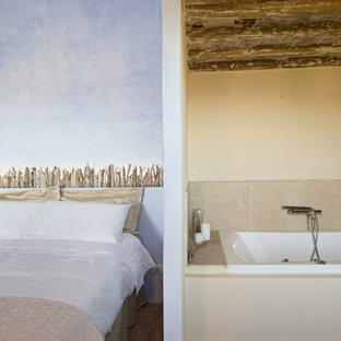 Foto de dormitorio principal, bohemio, de tamaño medio, con suelo rojo, paredes azules y suelo de baldosas de terracota