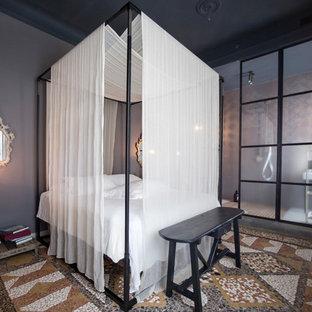 Foto di una camera matrimoniale tradizionale di medie dimensioni con pareti grigie, nessun camino e pavimento multicolore
