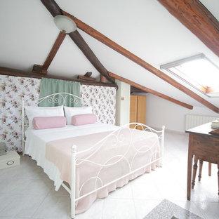 Ispirazione per una camera da letto in campagna con pareti bianche e pavimento bianco