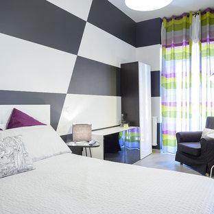Idee per una camera da letto contemporanea di medie dimensioni con pavimento in gres porcellanato, pavimento grigio, pareti multicolore e nessun camino