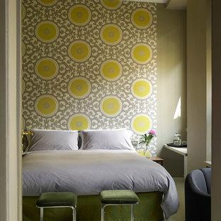Idee per una camera matrimoniale minimal di medie dimensioni con pareti multicolore