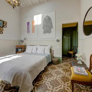 Ispirazione per una grande camera da letto mediterranea con pareti bianche, nessun camino e pavimento multicolore