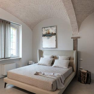 Esempio di una camera da letto mediterranea con pareti grigie e pavimento grigio