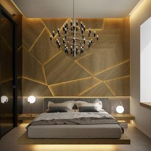 Idéer för ett litet modernt huvudsovrum, med bruna väggar, kalkstensgolv och grått golv