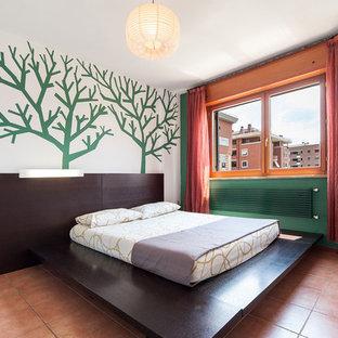 Стильный дизайн: хозяйская спальня в современном стиле с зелеными стенами и полом из терракотовой плитки - последний тренд