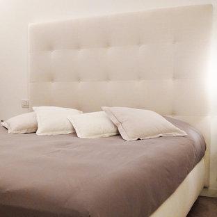 Ispirazione per una grande camera matrimoniale classica con pareti bianche, parquet chiaro, camino classico e cornice del camino in pietra