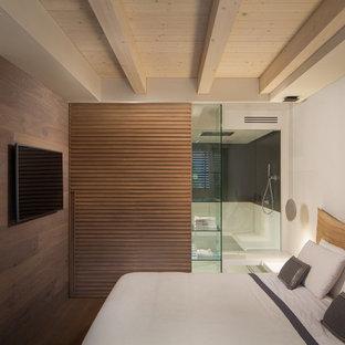 Immagine di una camera degli ospiti moderna con pareti bianche