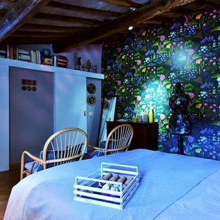 Imagen de dormitorio principal, ecléctico, de tamaño medio, con paredes púrpuras, suelo de baldosas de terracota y suelo marrón