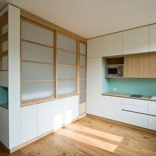 Ejemplo de dormitorio tipo loft, nórdico, pequeño, con suelo de madera clara y suelo marrón
