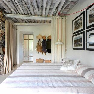 На фото: гостевые спальни в средиземноморском стиле с белыми стенами, бетонным полом и серым полом