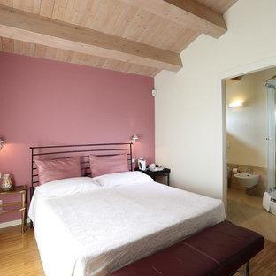 Ispirazione per una camera matrimoniale contemporanea di medie dimensioni con pareti rosa, pavimento in legno massello medio e pavimento marrone