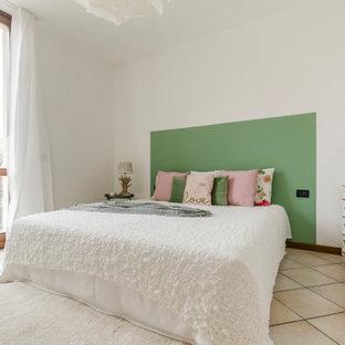 Immagine di una camera da letto mediterranea di medie dimensioni con pareti bianche e pavimento beige