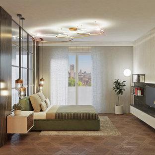 Aménagement d'une grand chambre parentale moderne avec un mur beige, un sol en bois clair, cheminée suspendue, un manteau de cheminée en métal et un sol marron.