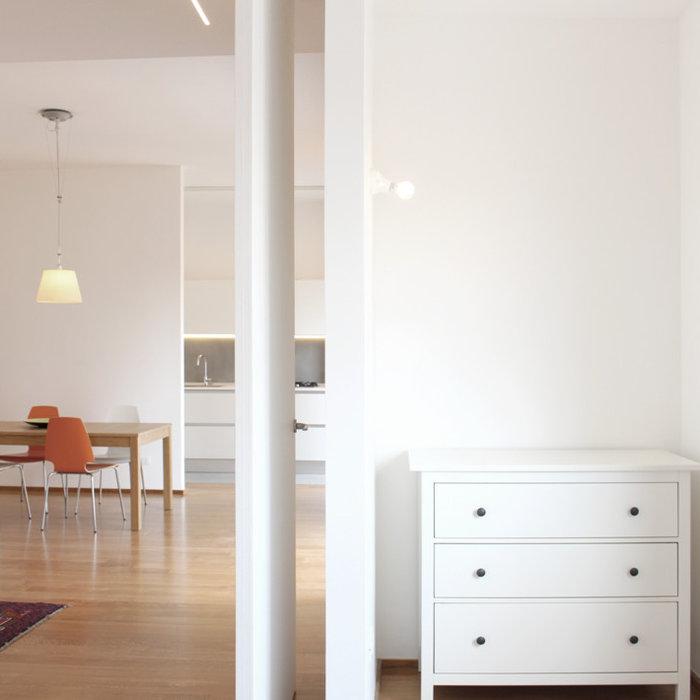In questa foto è possibile vedere in primo piano una zona della camera da letto, arretrata,oroginariamente destinata a piccola cabina armadio ma in cui è stata inserita, con altrettanta funzionalità,