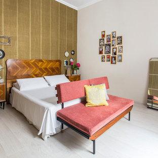 Idee per una grande camera matrimoniale minimalista con pareti marroni e parquet chiaro