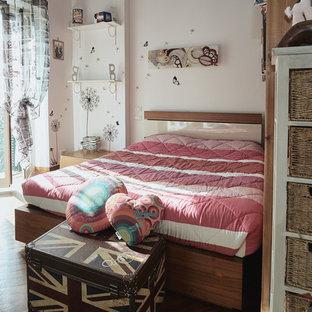 Ispirazione per una camera da letto minimal di medie dimensioni con pareti bianche e pavimento in legno massello medio