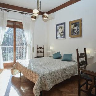 Foto di una grande camera matrimoniale tradizionale con pareti bianche e pavimento in legno massello medio