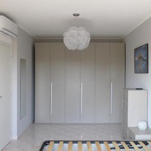 Imagen de dormitorio principal, contemporáneo, de tamaño medio, sin chimenea, con paredes grises, suelo de baldosas de porcelana y suelo rosa