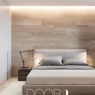 Modelo de dormitorio principal, minimalista, pequeño, con paredes beige, suelo de corcho y suelo beige