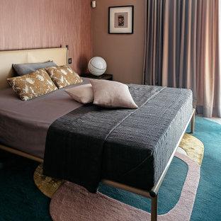 Ejemplo de dormitorio principal y papel pintado, contemporáneo, papel pintado, con paredes rosas y papel pintado