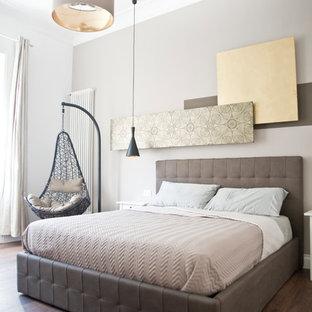 Foto di una camera da letto classica con pareti beige, parquet scuro e pavimento marrone