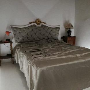 Foto de dormitorio principal, clásico, de tamaño medio, con paredes blancas y suelo de ladrillo