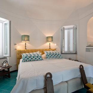 Diseño de dormitorio principal, mediterráneo, de tamaño medio, con paredes blancas, suelo de baldosas de cerámica y suelo turquesa