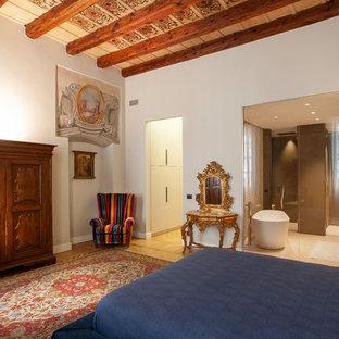 Foto di una grande camera matrimoniale mediterranea con pareti bianche, parquet chiaro e pavimento beige