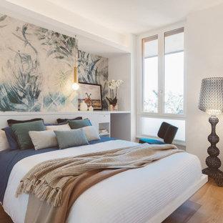 Ispirazione per una camera da letto minimal con pareti bianche, pavimento in legno massello medio, pavimento marrone e carta da parati