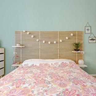 Ispirazione per una camera da letto marinara con pareti verdi, parquet chiaro e nessun camino