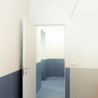 Modelo de dormitorio principal, contemporáneo, de tamaño medio, sin chimenea, con paredes blancas, suelo de baldosas de porcelana y suelo turquesa