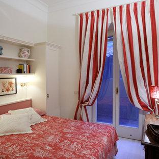 Imagen de habitación de invitados ecléctica, pequeña, con paredes blancas, suelo de madera pintada y suelo blanco