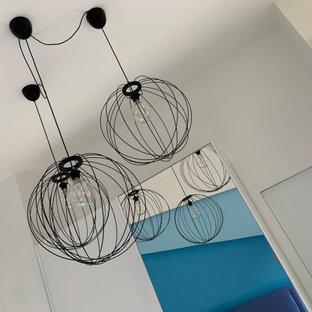 Idee per una piccola camera matrimoniale moderna con pareti blu, pavimento in gres porcellanato e pavimento turchese