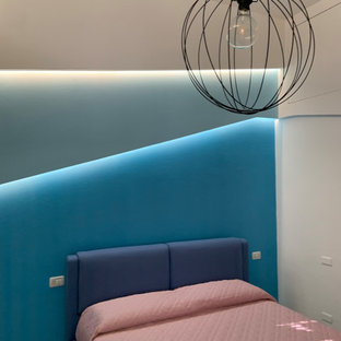 他の地域の小さいモダンスタイルのおしゃれな主寝室 (青い壁、磁器タイルの床、ターコイズの床) のインテリア