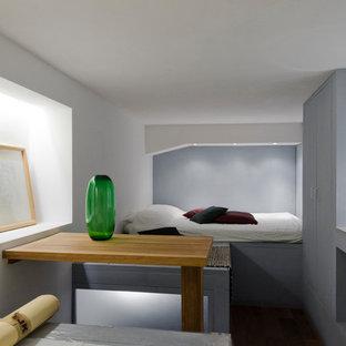 Foto di una piccola camera degli ospiti moderna con pareti grigie e nessun camino
