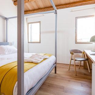 Idee per una camera da letto mediterranea con pareti bianche, parquet chiaro e pavimento marrone