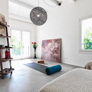 Idee per una camera degli ospiti contemporanea con pareti bianche, pavimento in cemento, nessun camino e pavimento grigio