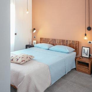 Modelo de dormitorio principal, industrial, con paredes rojas, suelo de baldosas de porcelana y suelo gris