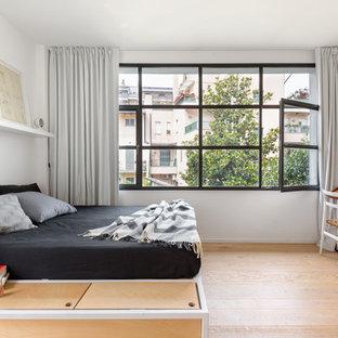 Esempio di una camera matrimoniale minimal di medie dimensioni con pareti bianche, pavimento in legno massello medio e pavimento marrone