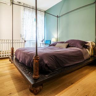 Foto di una camera matrimoniale chic di medie dimensioni con pareti verdi, pavimento in legno massello medio, nessun camino e pavimento marrone