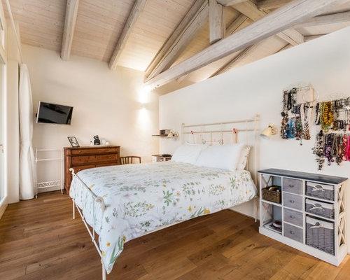 Camera da letto stile loft con pavimento in legno massello medio ...