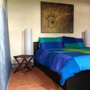 Diseño de dormitorio principal, moderno, grande, con paredes multicolor, suelo de ladrillo y suelo rojo