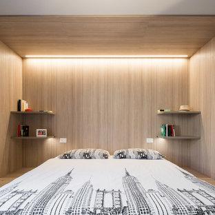 Imagen de dormitorio principal, contemporáneo, pequeño, con paredes beige, suelo de madera en tonos medios y suelo gris