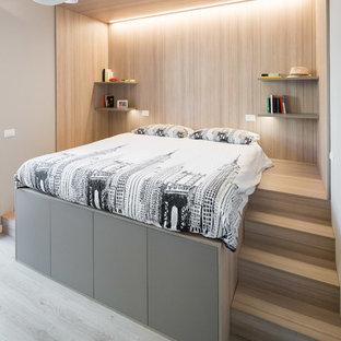 Idee per una piccola camera matrimoniale minimal con pareti beige, parquet chiaro e pavimento beige