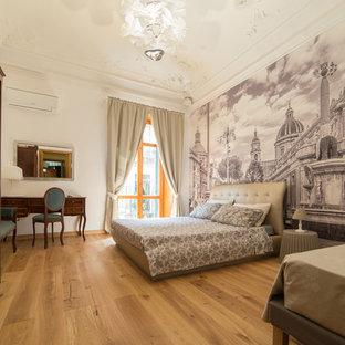 Immagine di una camera matrimoniale classica con parquet chiaro e pavimento beige